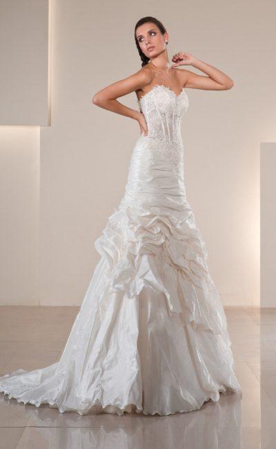 Свадебное платье «трапеция» с фактурными драпировками по подолу и полупрозрачным корсетом.