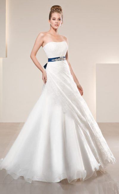 Свадебное платье с изящным вырезом и атласным поясом синего цвета, украшенным вышивкой.