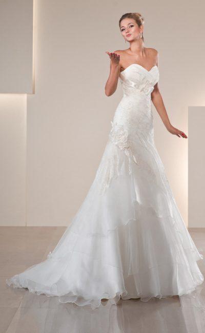 Женственное свадебное платье с открытым декольте и  декором из драпировок и бутонов.