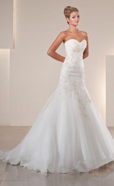 Свадебное платье «рыбка» с открытым лифом и романтичной отделкой бисерной вышивкой.