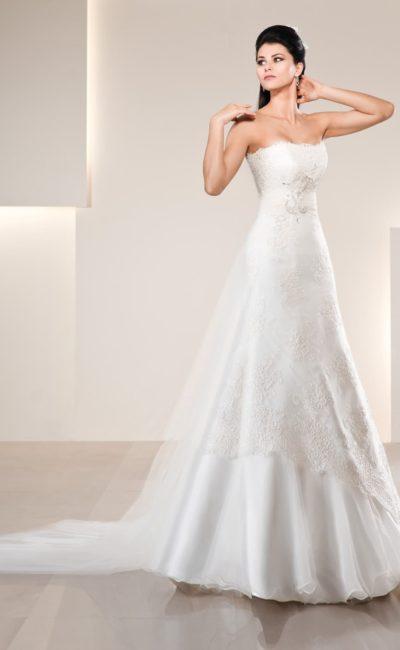 Свадебное платье с фигурным лифом прямого кроя и юбкой силуэта «трапеция».