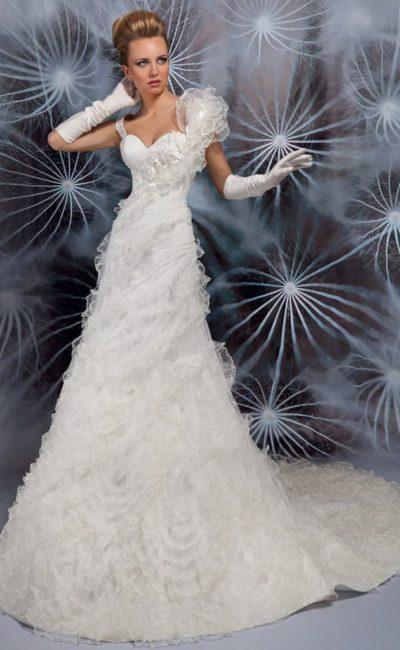 Оригинальное свадебное платье «принцесса» с объемной отделкой на одном плече и кокетливым шлейфом.