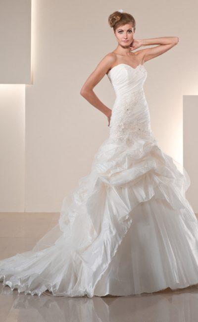 Фактурное свадебное платье с лифом в форме сердца и декором из крупных драпировок.