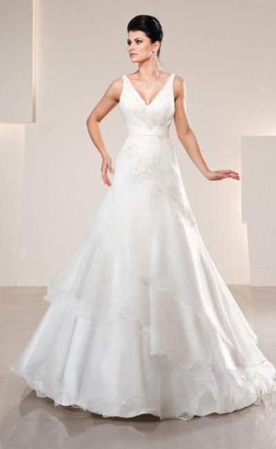 Свадебное платье с изящным декольте, атласным поясом и юбкой силуэта «трапеция».