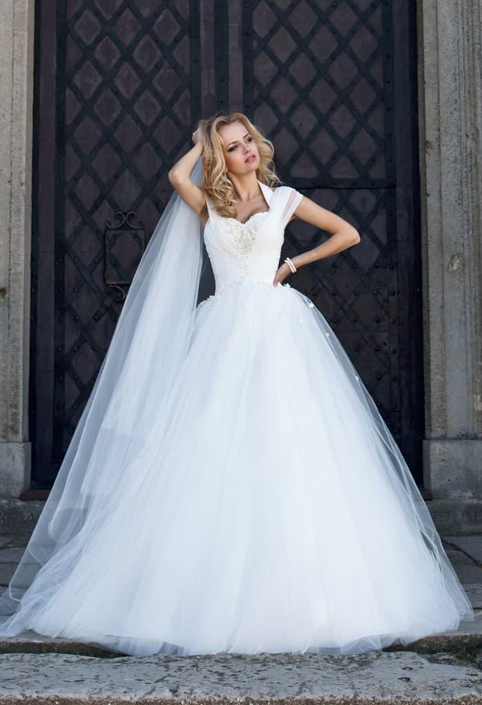 Стильное свадебное платье с пышной юбкой и полупрозрачными бретелями.