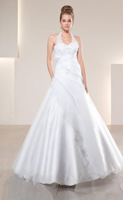 Великолепное свадебное платье с V-образным вырезом и нежным полупрозрачным декором.