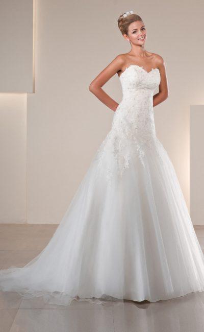 Романтичное свадебное платье с фигурным лифом-сердечком и кружевной отделкой.