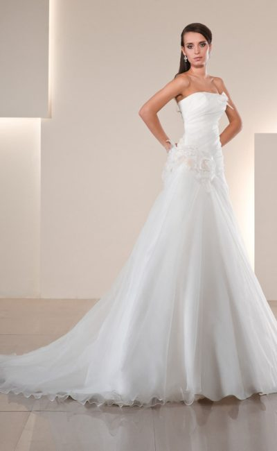 Женственное свадебное платье «трапеция» с открытым лифом прямого кроя и отделкой бутонами.