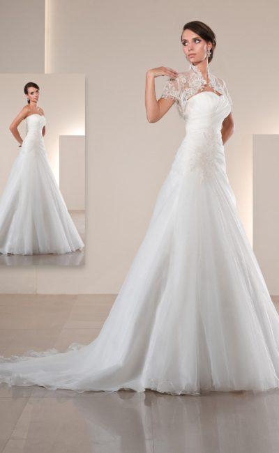 Лаконичное свадебное платье с декором из драпировок по корсету и кружевным болеро над лифом.