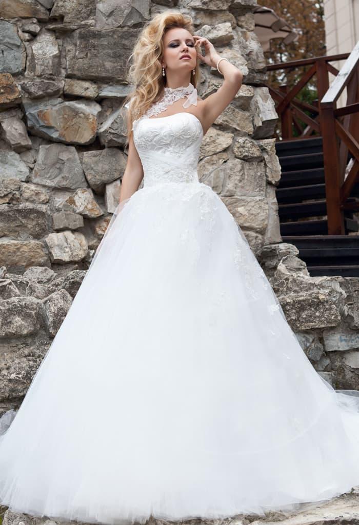 Необычное свадебное платье пышного кроя с кружевной отделкой верха и изящным декольте.