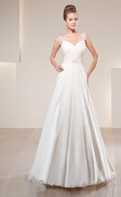 Атласное свадебное платье с драпировками на соблазнительном лифе, дополненном кружевными бретелями.