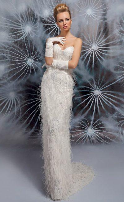 Чувственное свадебное платье облегающего кроя, с лифом в форме сердца и эксцентричным декором.