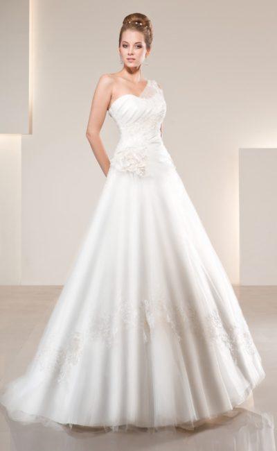 Утонченное свадебное платье А-кроя с асимметричным кроем лифа, созданным полупрозрачной бретелью.