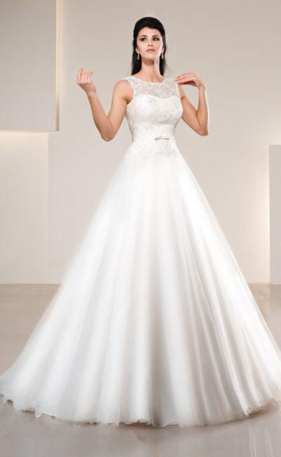 Свадебное платье силуэта «принцесса» с полупрозрачным декором лифа с округлым вырезом.