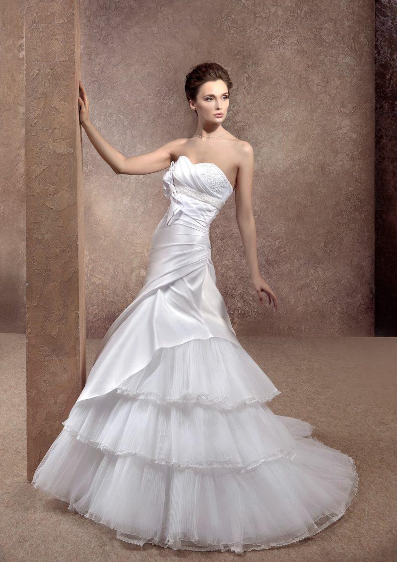 Свадебное платье «рыбка» с многоярусной юбкой и атласным корсетом с драпировками.