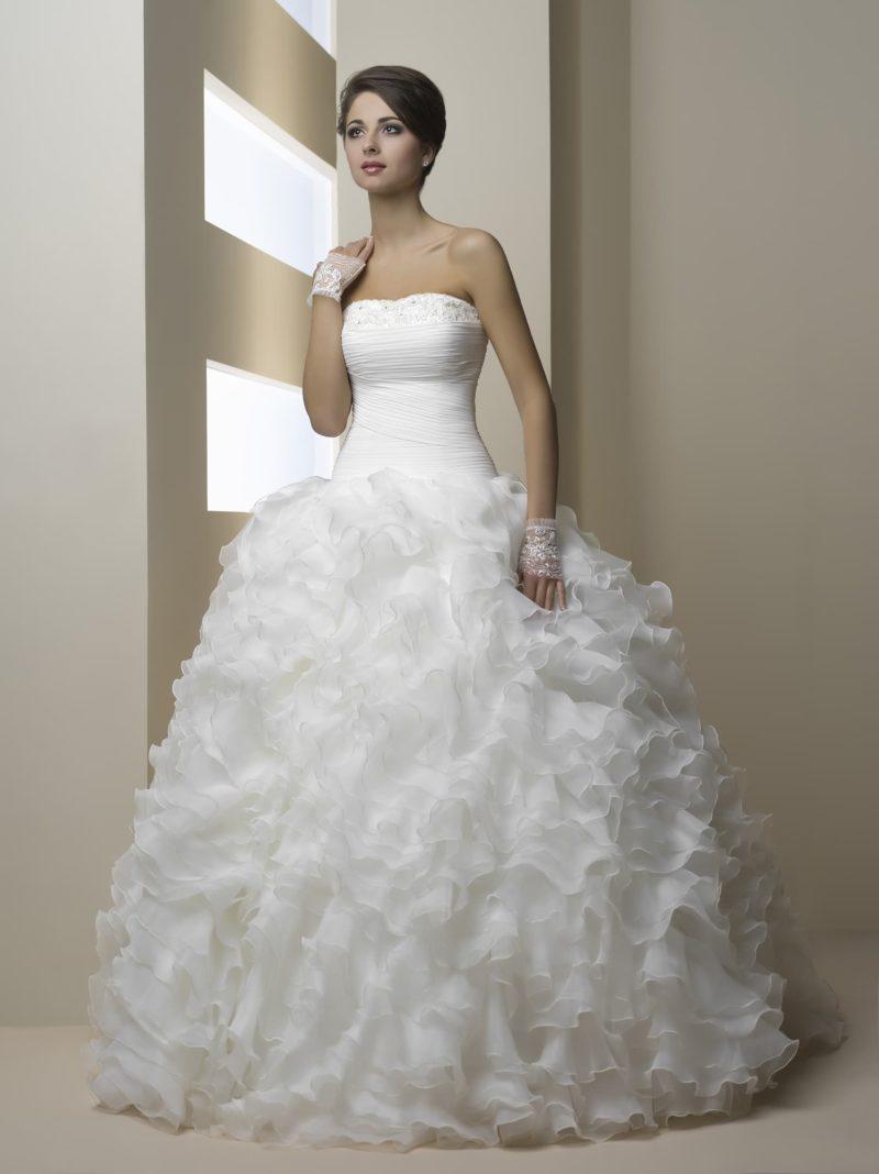 Романтичное свадебное платье с пышной юбкой сложного кроя и открытым корсетом.