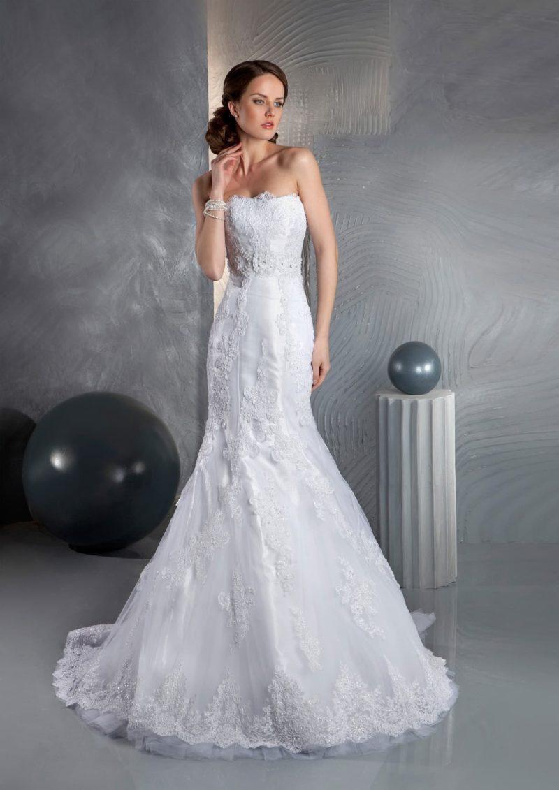 Стильное свадебное платье с лифом прямого кроя, юбкой «рыбка» и объемной отделкой.