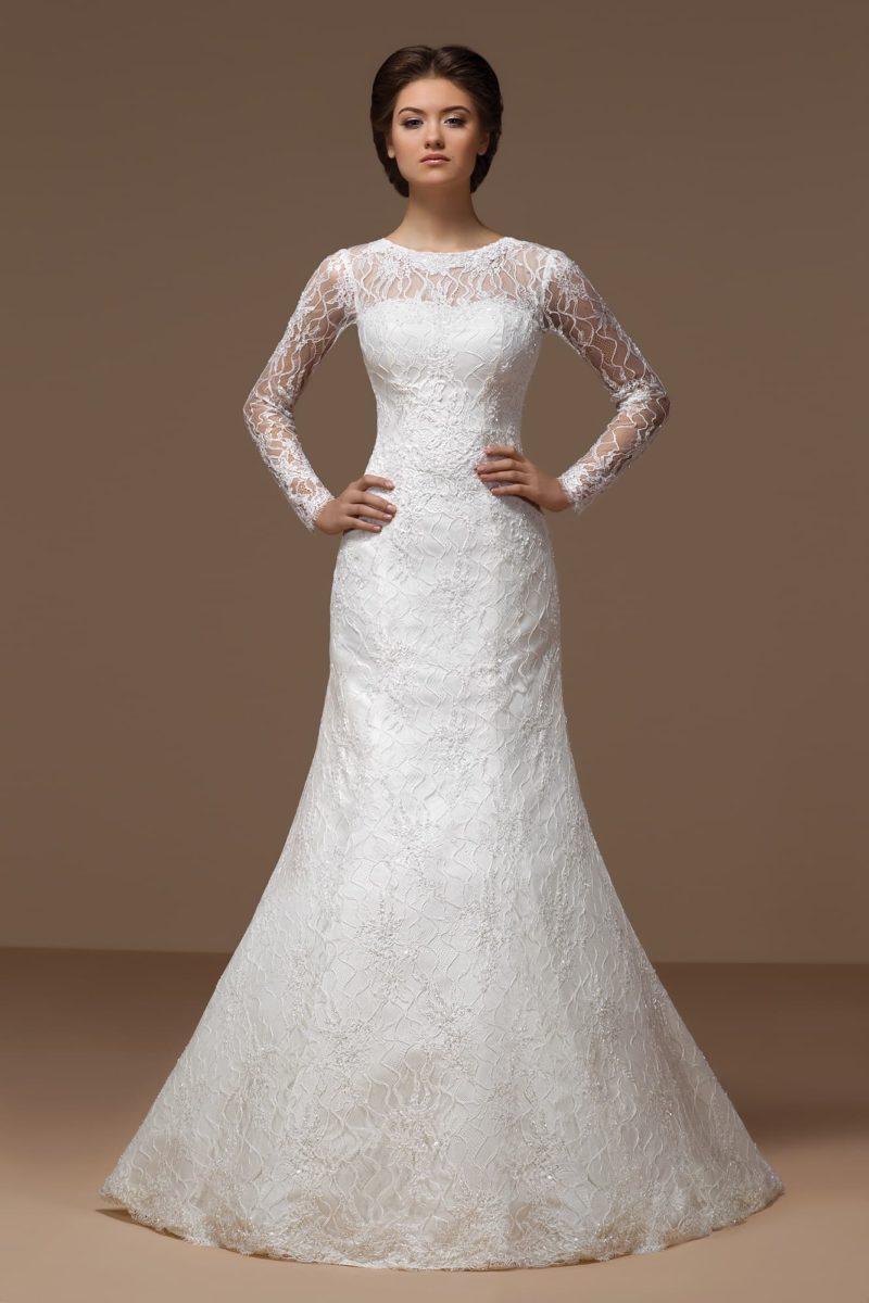 Выразительное свадебное платье «рыбка» с кружевными рукавами и вырезом «замочная скважина» сзади.