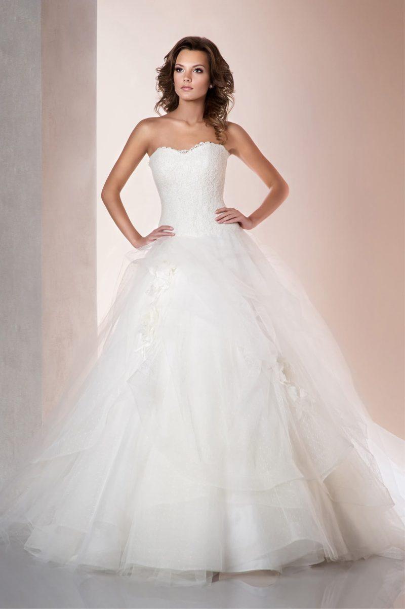 Пышное свадебное платье с элегантным корсетом и изысканной отделкой многослойного низа.