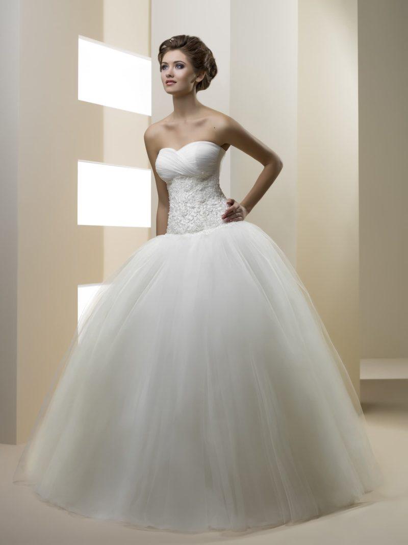Открытое свадебное платье с воздушной многослойной юбкой и вышивкой на корсете.