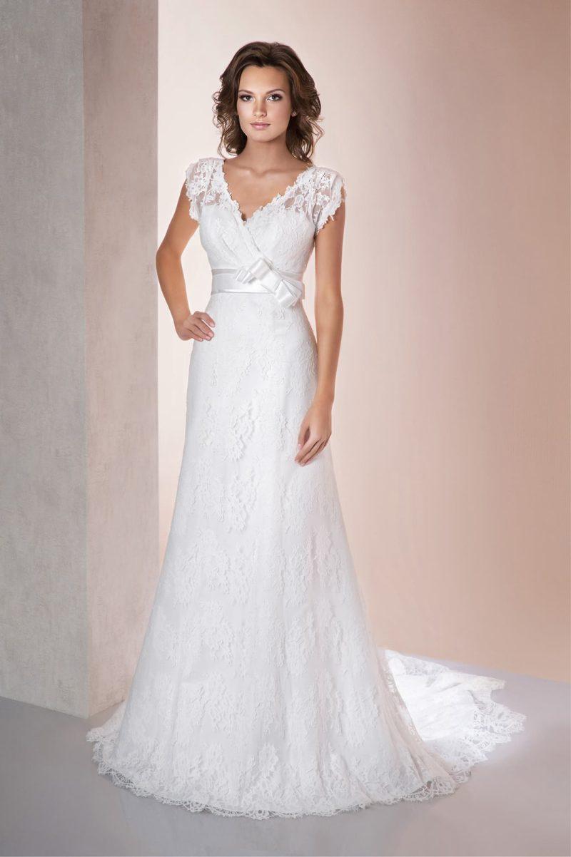 Прямое свадебное платье с V-образным декольте с широкими кружевными бретелями.