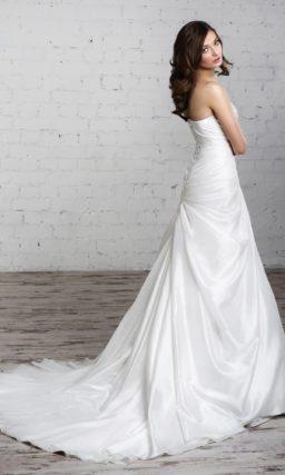 Незабываемое свадебное платье «принцесса» с отделкой из драпировок и серебристого бисера.