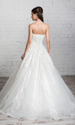 Романтичное свадебное платье с нежной объемной отделкой по корсету и многослойной юбкой.