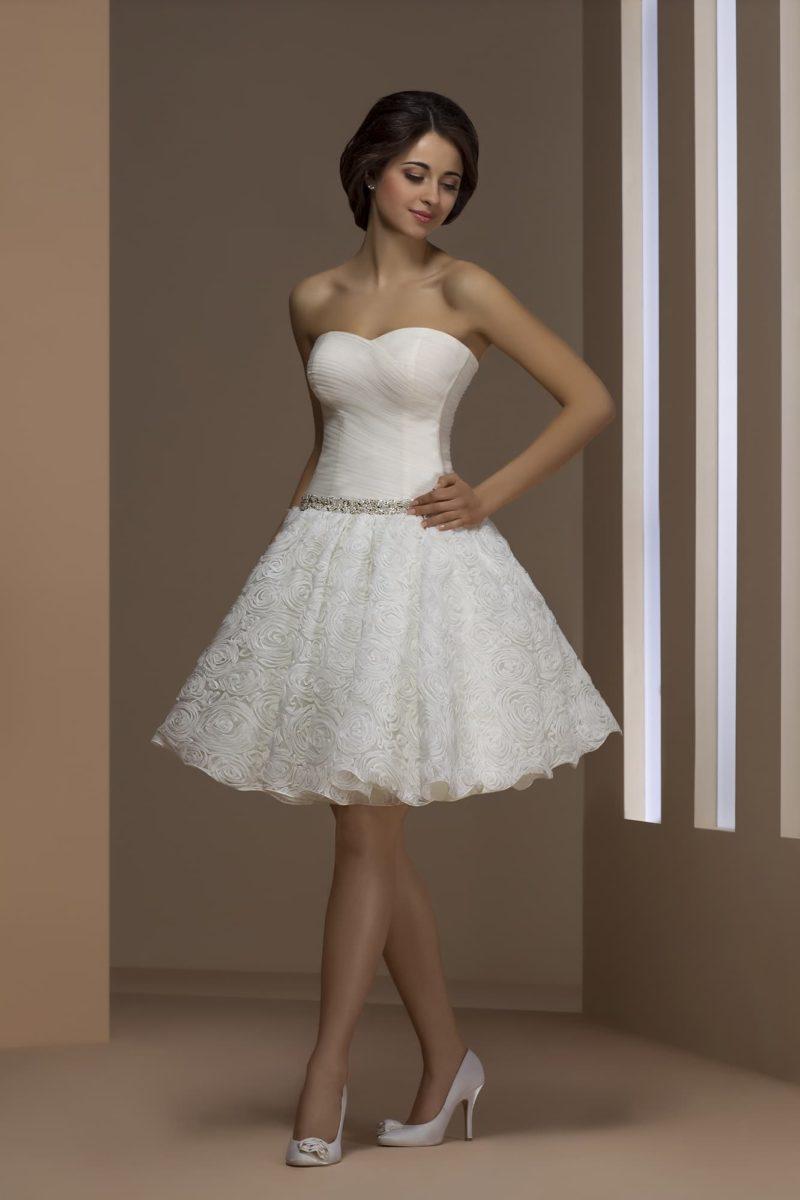 Короткое свадебное платье длиной чуть выше колена, с открытым верхом и пышным низом.