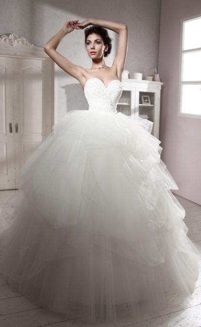 Великолепное свадебное платье с классическим открытым корсетом и пышной юбкой с оборками.