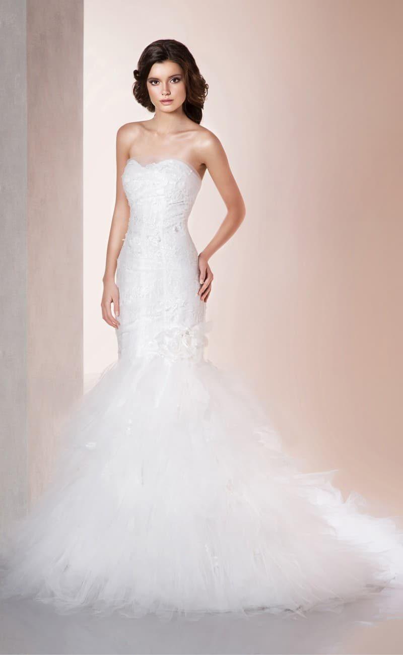 Шикарное свадебное платье с открытым соблазнительным лифом и пышным низом подола.