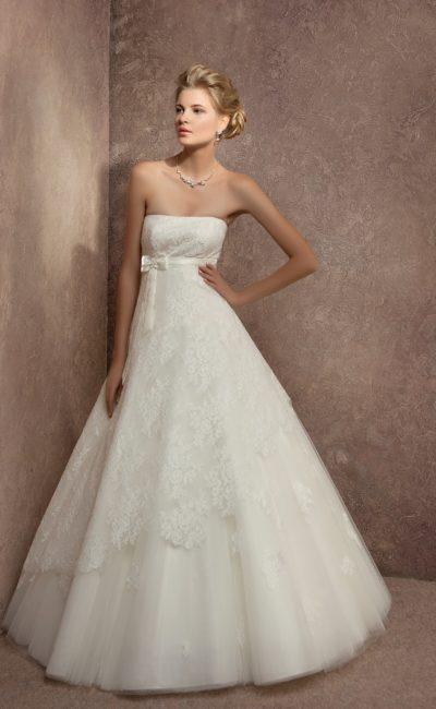 Свадебное платье «принцесса» с завышенной талией и кружевной отделкой корсета и подола.