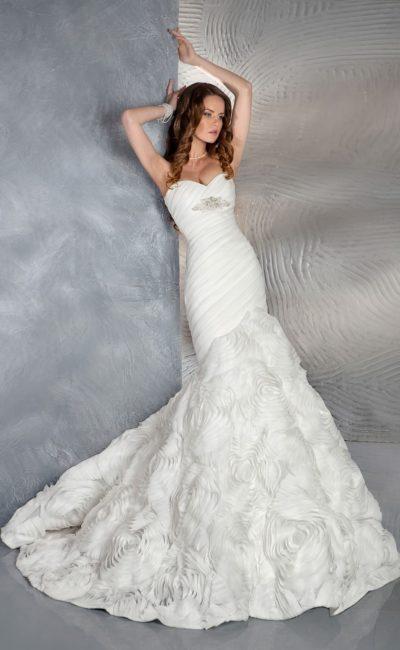 Романтичное свадебное платье «русалка» с открытым декольте и бутонами по низу подола.