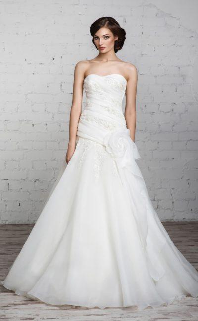Свадебное платье «принцесса» с объемными драпировками по открытому корсету с лифом-сердечком.