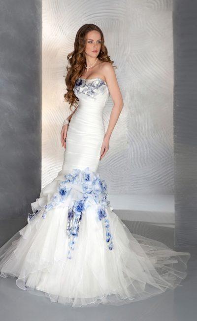 Свадебное платье «рыбка» с оригинальной цветной отделкой по середине подола и по лифу.