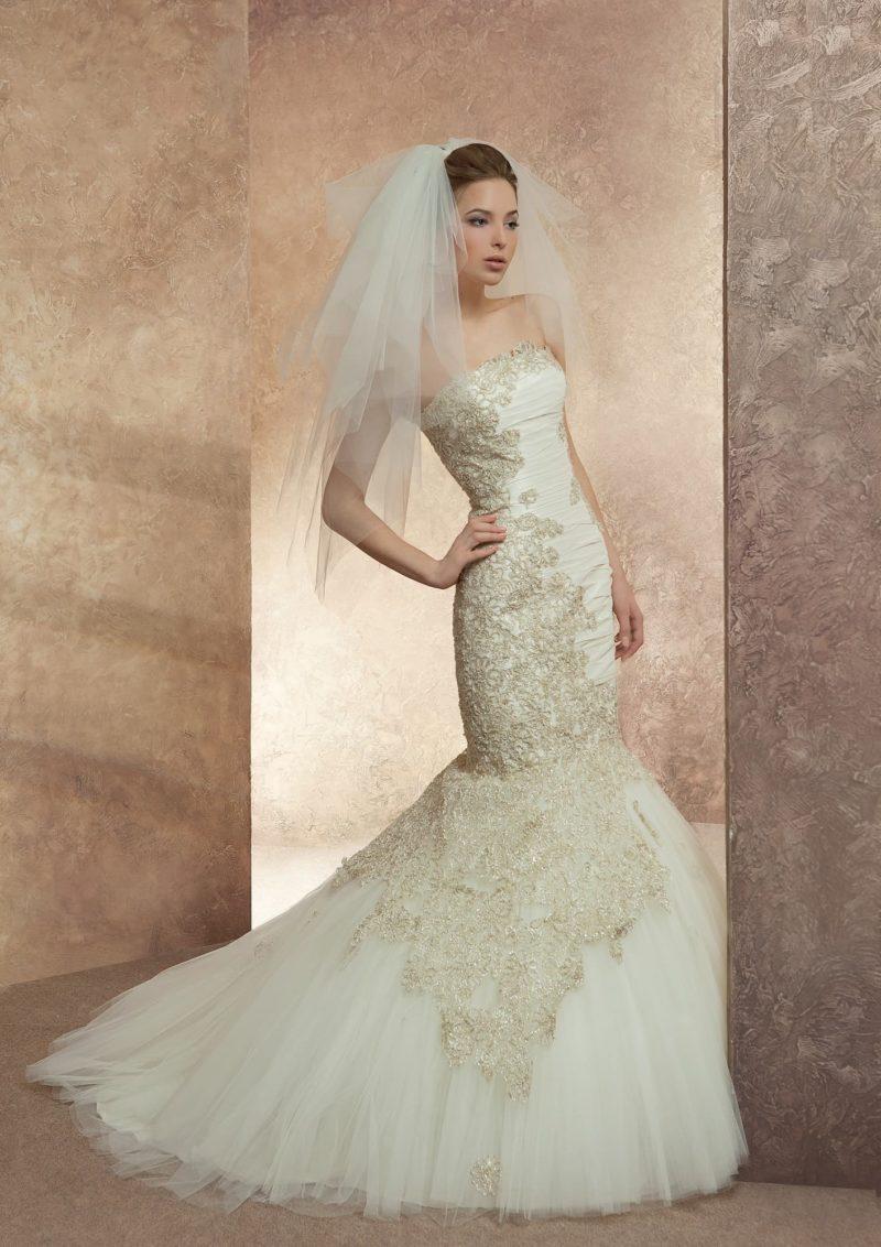 Открытое свадебное платье «рыбка», декорированное аппликациями золотистого кружева.