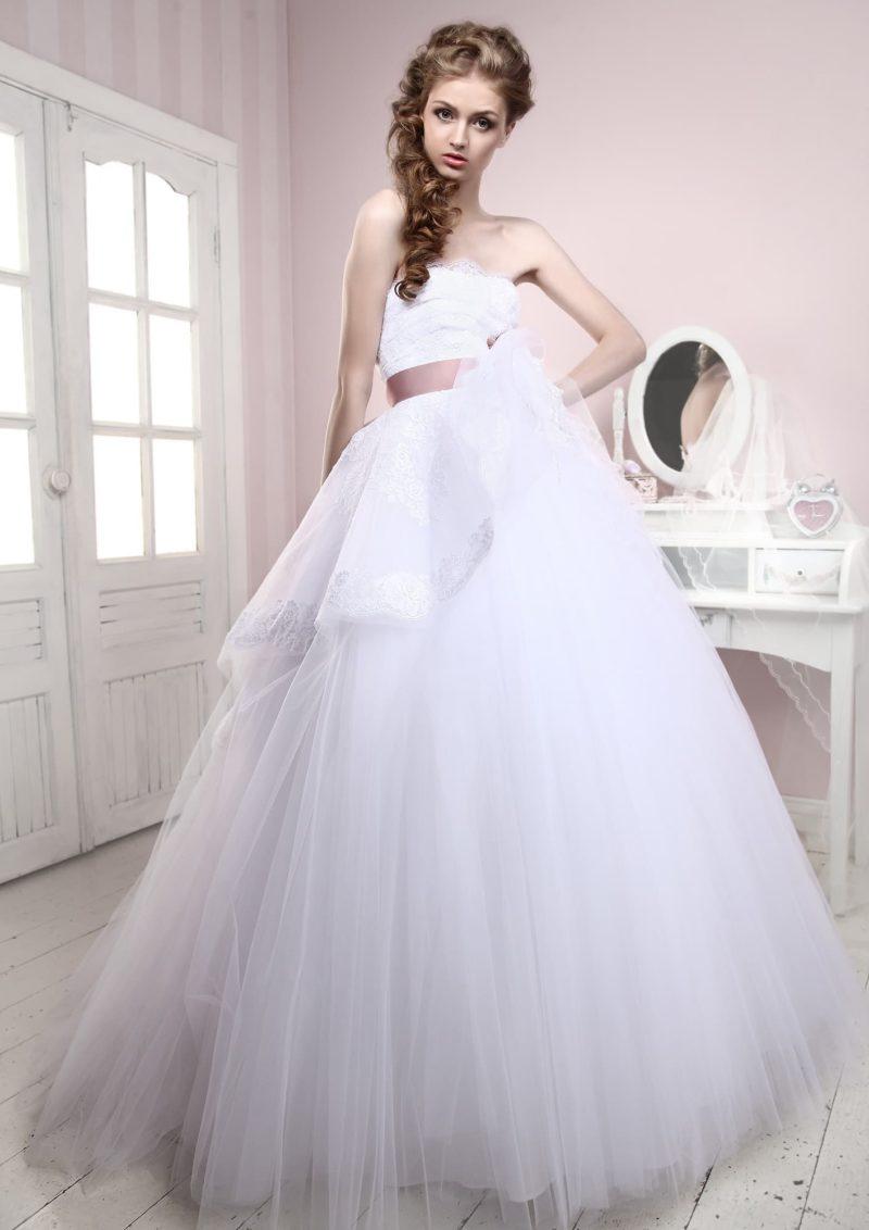 Торжественное свадебное платье с объемной баской и широким лиловым поясом из атласа на талии.