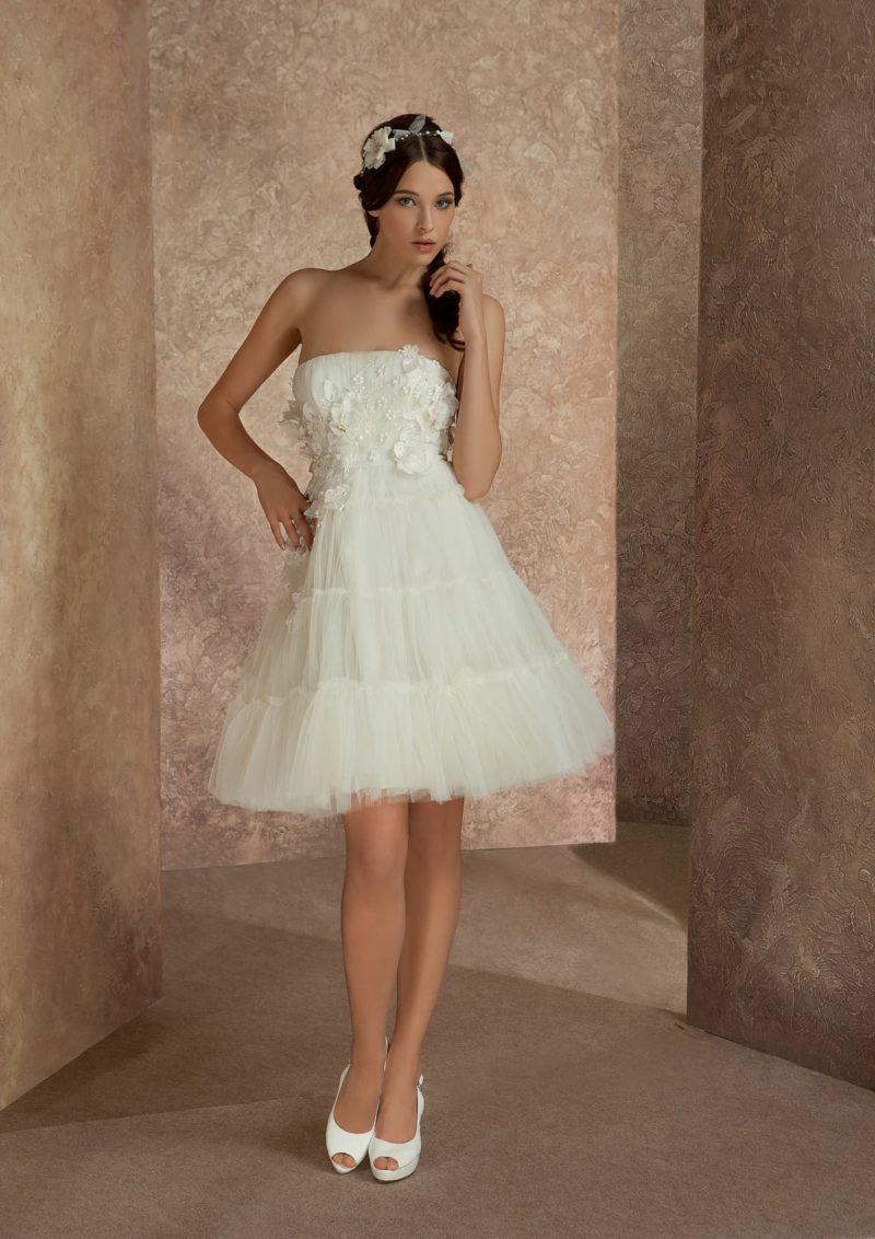 Свадебное платье с лифом прямого кроя и юбкой «трапеция» с объемной отделкой.