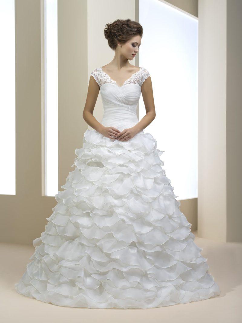Очаровательное свадебное платье с широкими кружевными бретелями и оборками по подолу.