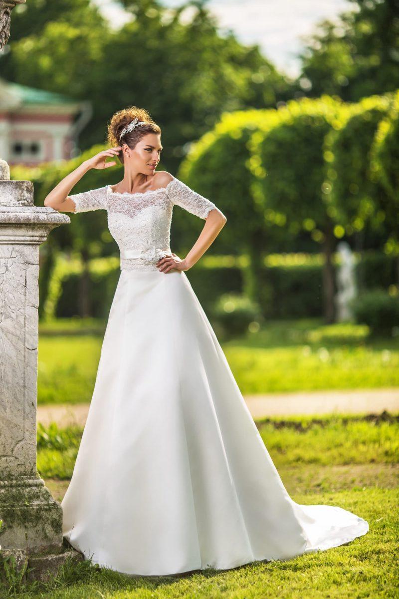 Нежное свадебное платье «трапеция», которое можно преображать коротким кружевным болеро.