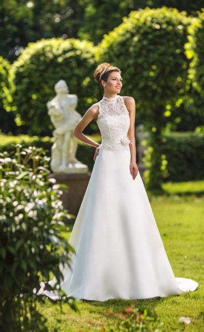Свадебное платье «принцесса» с высоким кружевным воротником и изящным поясом на талии.