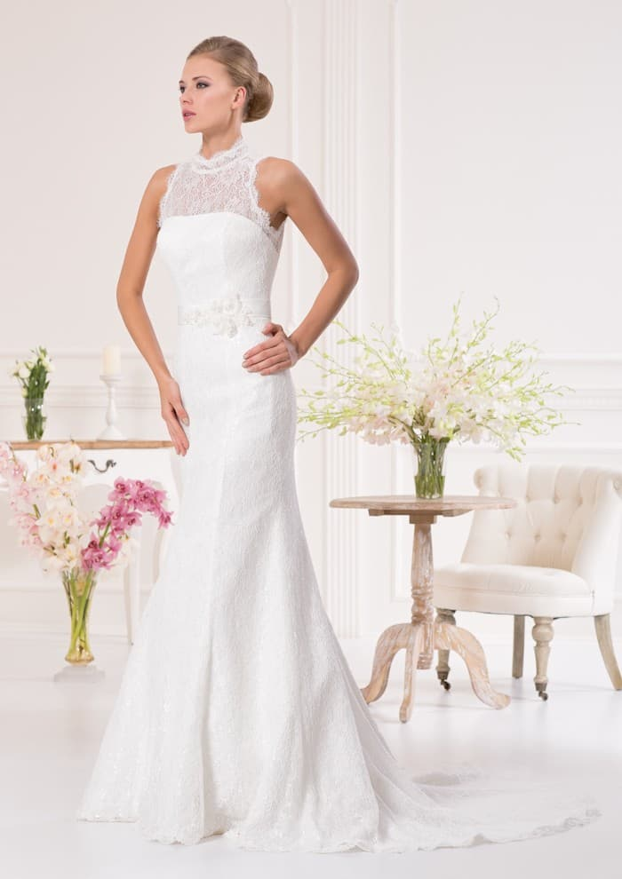 Закрытое свадебное платье «русалка» с длинным шлейфом и кружевным лифом с воротником под горло.