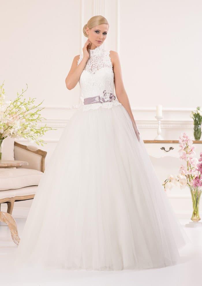 Пышное свадебное платье с оригинальным кружевным лифом и атласным поясом лилового цвета.