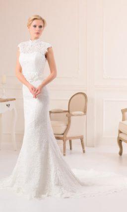 Закрытое свадебное платье «русалка», по всей длине покрытое плотным слоем кружевной ткани.