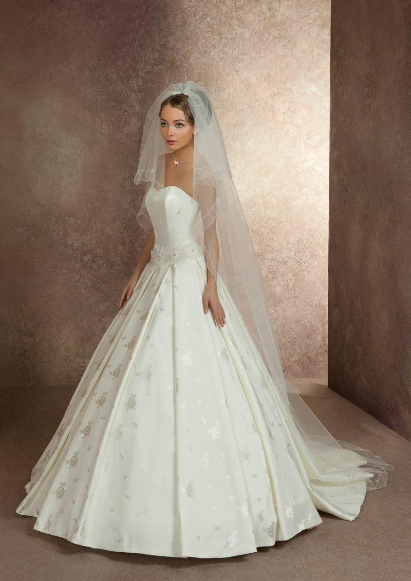 Великолепное свадебное платье из фактурной атласной ткани, с лаконичным корсетом и лифом прямого кроя.