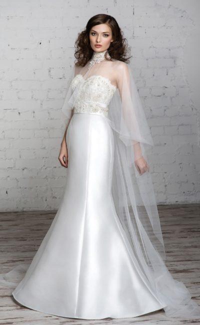 Свадебное платье «рыбка» с глянцевой подкладкой и полупрозрачной длинной накидкой.