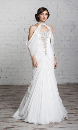Облегающее свадебное платье драматичного кроя, с оригинальными бретелями и отделкой драпировками.