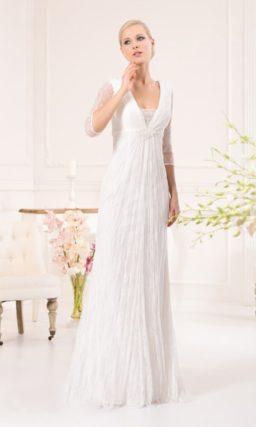 Элегантное свадебное платье прямого кроя с длинными  рукавами и V-образным вырезом.