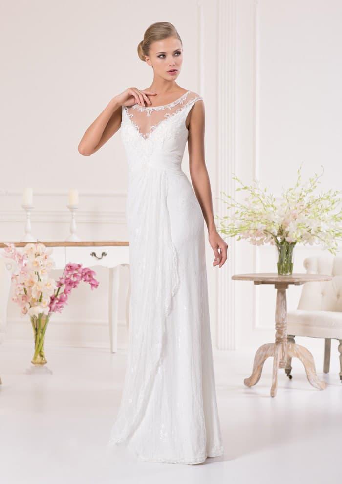 Свадебное платье прямого кроя с полупрозрачной вставкой над V-образным декольте.