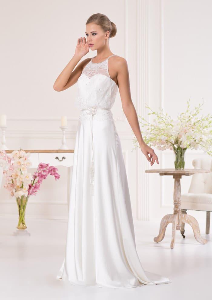 Атласное свадебное платье прямого кроя с полупрозрачной отделкой элегантного лифа.