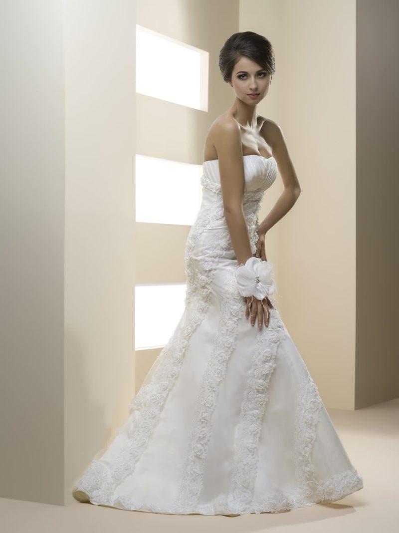 Облегающее свадебное платье «рыбка» с открытым лифом и фактурным декором корсета.